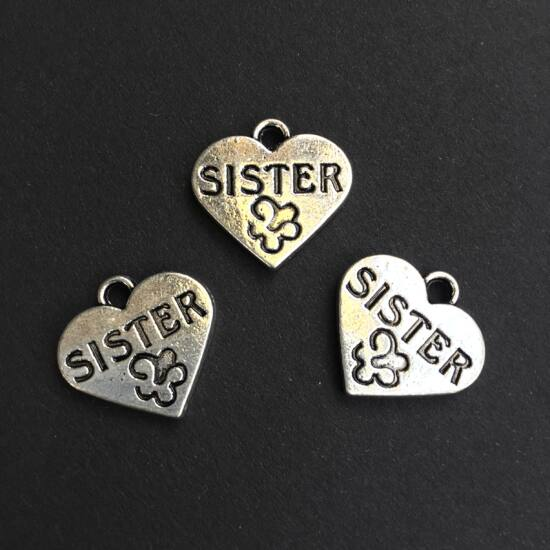 Medál - Szív alakban Sister felirattal, ezüst színben