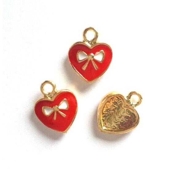 Szív medál, piros alapon fehér masni díszítéssel, arany színben
