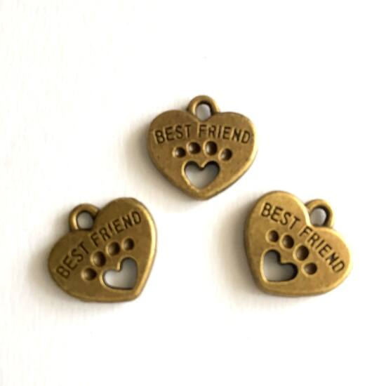 Medál - Szív alakú, BEST FRIEND feliratú, talp lenyomattal- antik sárgaréz színben