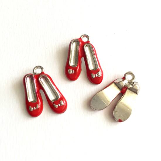 Medál - Cipő alakú, piros- ezüst színben