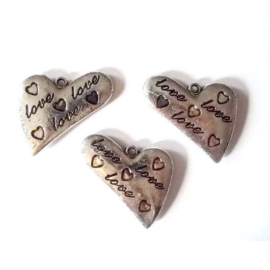 Nagy szív alakú akril medál, LOVE felirattal és szív díszítéssel