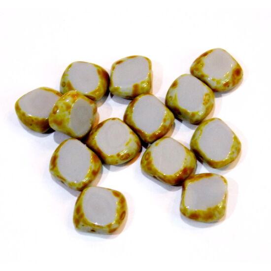 Halvány szürkés lila színű, oldalain karamell fröcskölt szabálytalan formájú lapos üveg gyöngy