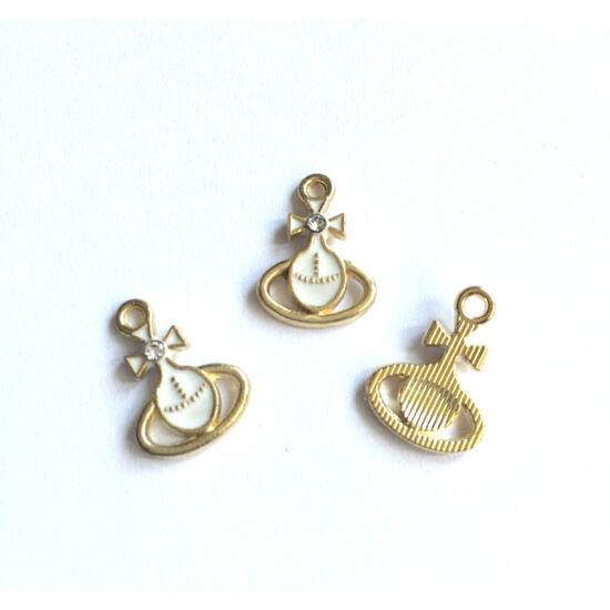 Kereszt alakú medál,fehér-arany színben,strasszkővel díszítve